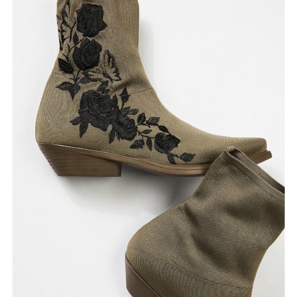 4ac0969eecf7 Black Roses Ankle Boot